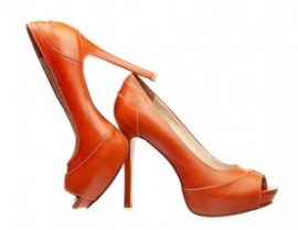 Из-за аллергии на обувь жительница Британии отказывается выходить на работу