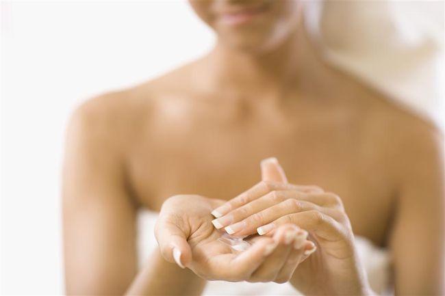 При сухой экземе не стоит заниматься самолечением, крема должен назначать специалист.