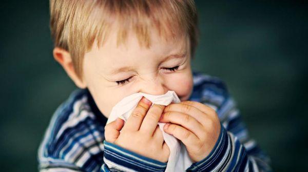 Слабый иммунитет может спровоцировать развитие экземы у ребенка.
