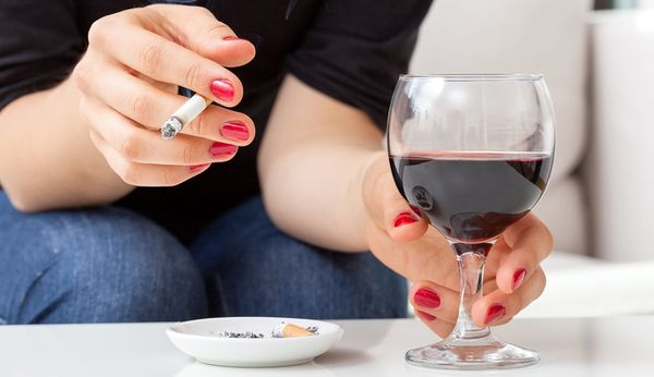 Чтобы не допустить развития профессиональной экземы нужно отказаться от алкоголя и сигарет.